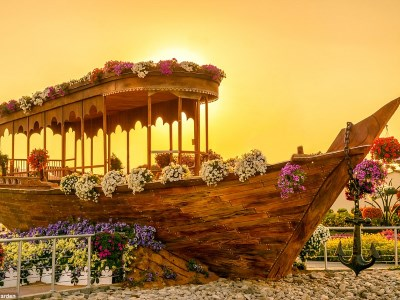 Imagine the fresh aroma of flowers coming from the boat, this would allow everyone to imagine the fragrances even if they are not close enough to the flowers.